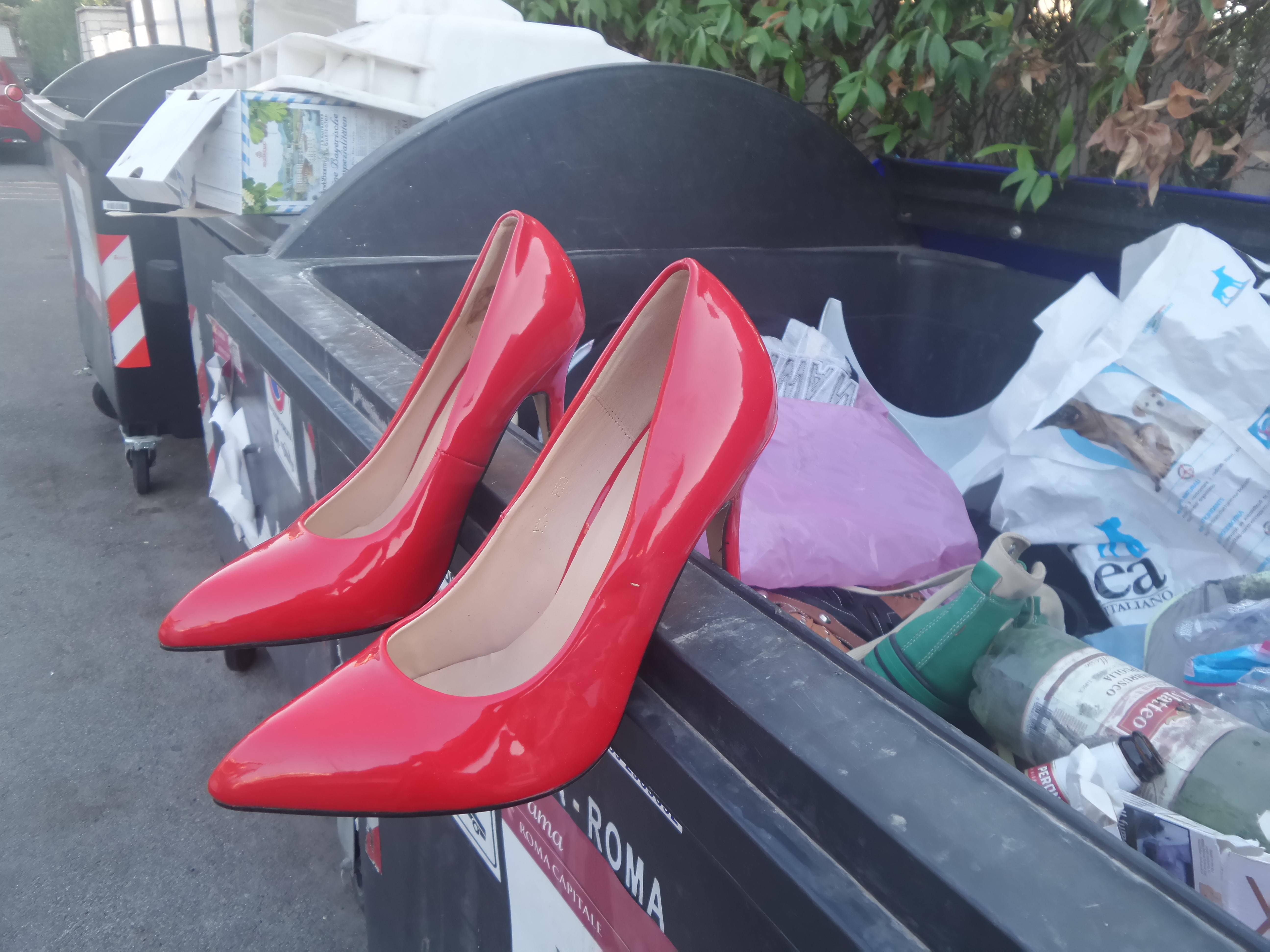 scarpette rosse abbandonate ma non rifiutate il puntonews net il puntonews net